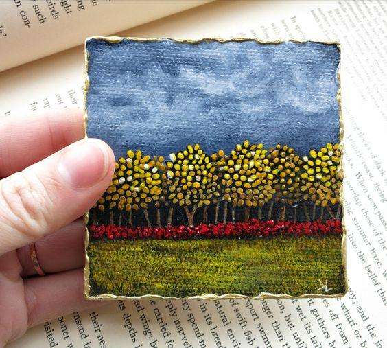 树线小原始的丙烯酸酯的山水画与黄色和红色秋叶的反对黑暗的天空。收集或送礼的微型艺术。