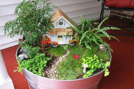 小容器花盆和童话花园中的微型花园设计是小容器园艺的新趋势,它提供了一种有趣的方式来创造出真实自然环境的气氛和迷人美丽的微小逼真景观