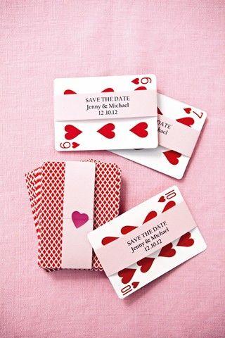 对于古怪的保存日期,请向您的客人发送扑克牌,如BridesMagazine.co.uk所示
