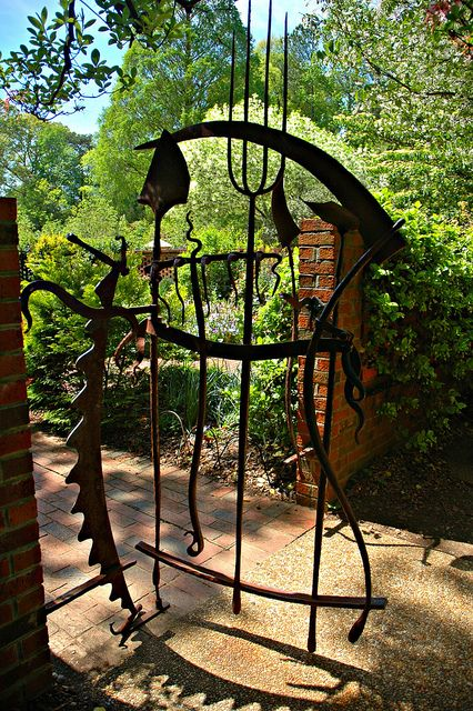 这是ABG内小花园的大门。我认为这是一件用园艺工具制作的艺术品。
