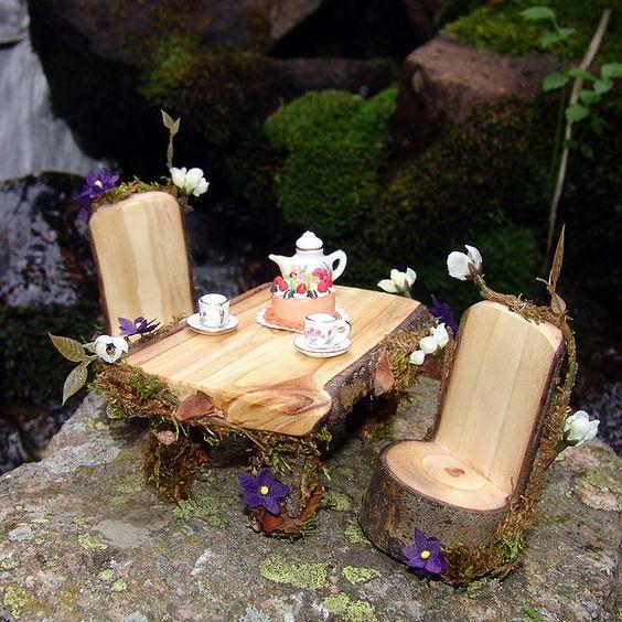 """我们设计和创造仙女房屋,娃娃屋,仙女家具和各种各样的魔法生物玩具屋缩影:)。所有产品都在我们的林地工作室精心制作,使用森林碎片和仙尘(前段时间获得)......所有项目均为1:12比例,即1""""= 1""""。"""