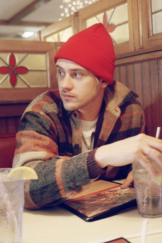 由Clarke Tolton为Urban Outfitters拍摄,Boyd Holbrook是完美的全美人才,展示了零售商的顶级冬季选择,这些选择在编织和