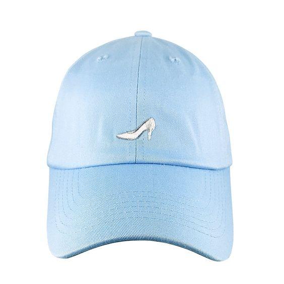 你的魔法可能在午夜消失,但你的帽子不需要!使用Glass Slipper Dad Hat完成任何休闲公主外观。这款舒适棉质爸爸帽采用正面刺绣玻璃拖鞋标志和尼龙搭扣带设计。一种尺寸最适合。 6面板,非结构化帽子浅蓝色帽子,刺绣细节魔术贴封口100%棉
