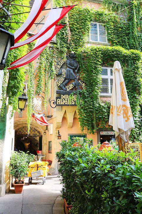 在我们搭乘1号门旅游的第2天,我们在奥地利的维也纳醒来!我喜欢这个美丽的城市!它如此多姿多彩,生动活泼,充满旧世界的魅力。有很多事情要做,看看。维也纳也是一个神话般的美食城市!我们吃了最好的甜点之一......