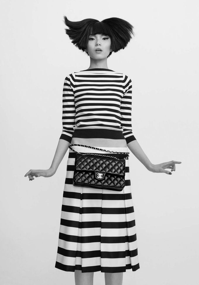 1 GIRL, 1 BAG, 7 LOOKS: seven different ways to wear a classic Chanel bag. #fashion #7ways #chanel #chanelbag