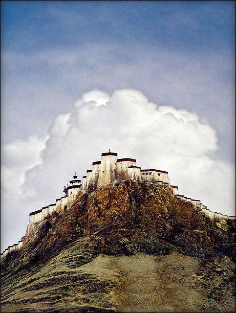 俯视日喀则的修道院 - 西藏和平的象征。让西藏有和平与幸福。 #free #tibet是我们的要求。