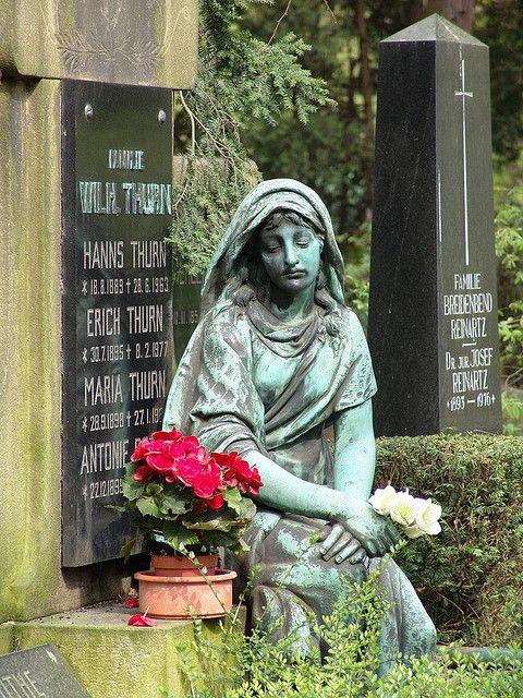 一个坟墓的细节在Melaten公墓科隆。链接:1)谷歌地图2)维基百科(德语)