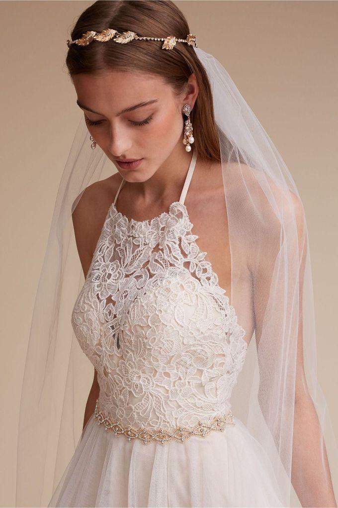 穿上这件浪漫蕾丝露背礼服的入口来自BHLDN的Josie Gown