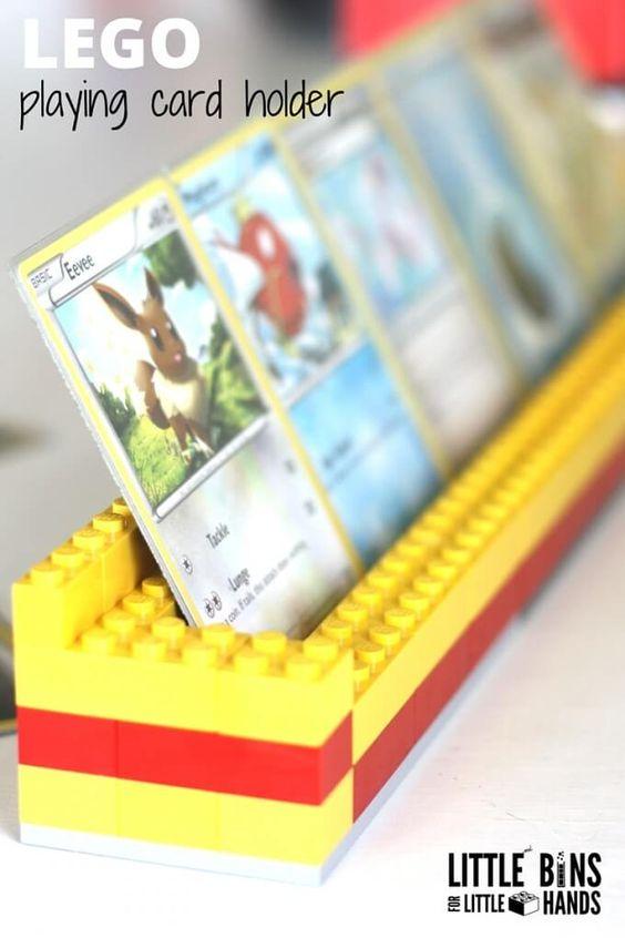 你有小孩正在学习如何为孩子们的纸牌游戏拿一把牌吗?然后你需要制作简单的乐高扑克牌持有人!