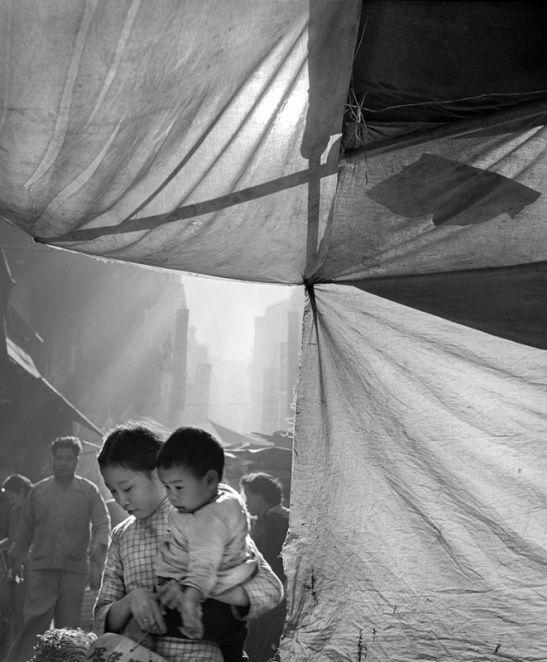 ©Fan Ho  - Série|香港昨天 - 年轻的母亲