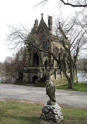 "Spring Grove公墓,俄亥俄州辛辛那提Dexter陵墓位于Spring Grove公墓的斜坡上,俯瞰着Geyster湖,是一座私人家庭陵墓。埃德蒙德克斯特是德国移民 - ""威士忌男爵""。由辛辛那提建筑师詹姆斯凯斯威尔逊(詹姆斯凯斯威尔逊设计,他还设计了辛辛那提市中心的春天树丛历史办公室,马车之家和智慧圣殿)与巴黎的圣徒沙佩勒相似,它被注册为历史地标。哥特式复兴陵墓教堂始建于1866年,售价10万美元(今日花费130多万美元)。大理石内部在下层有12个地下墓穴,上面有一个34英尺高的天花板。由于财务问题,陵墓从未完工;最初的意图是拥有从未安装过的彩色玻璃窗。不幸的是,陵墓是由砂岩建造的,这是一种薄弱的建筑材料,容易腐烂。 Spring Grove公墓的历史可追溯到1844年,当时辛辛那提园艺协会的成员组成了墓园协会。他��从巴黎的拉雪兹神父(PèreLachaise)和马萨诸塞州剑桥的奥本公墓(Mount Auburn Cemetery)等当代乡村墓地中获得灵感。 1844年12月1日,Salmon P. Chase等人编写了公司章程。公墓于1845年1月21日正式登记注册,1845年9月1日首次埋葬。1855年,着名景观设计师Adolph Strauch被聘为翻新场地。他对湖泊,树木和灌木丛的""花园公墓""的感觉和布局是今天游客仍然看到的。 1987年,该协会正式更名为""Spring Grove Cemetery and Arboretum"",以更好地代表其出色的本地和外来树木,以及它的州和国家冠军树。 en.wikipedia.org/wiki/Spring_Grove_Cemetery siris-artinventories.si.edu/ipac20/ipac.jsp?session=120Q4埃德蒙德克斯特的肖像,住在辛辛那提市中心的第四和百老汇,西部&南方公司。据说,当作家访问辛辛那提时,他在家中招待了查尔斯狄更斯。 www.ucdp.uc.edu/artasimage/Ehrgott2.html"