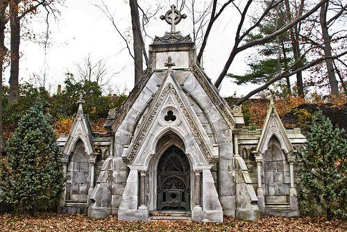 查德威克陵墓由威廉吉本斯普雷斯顿为约瑟夫查德威克设计。查德威克是一位杰出的商人,也是波士顿大学和森林山公墓的受托人。普雷斯顿还设计了查德威克的家庭和办公室结构。该建筑坐落在山坡上,面向一个美丽的湖泊。
