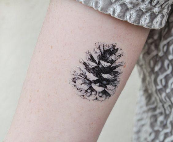 在这里,我们有一个松锥临时纹身。这个松果图由Joelle Poulos创建。这些松锥临时纹身是完美的生日礼物,放养填充物,甚至尝试纹身的想法了!该放置取决于你!这款松塔锥体临时纹身设计在前臂上看起来很棒。这松果临时纹身设计大约2(W)×2(H)英寸。 ⠀⠀⠀⠀>>通过注册邮件列表获得第一笔订单20%的折扣: