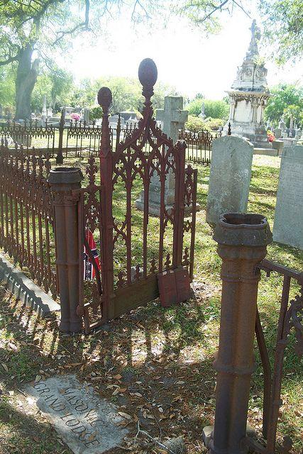 来自Magnolia Cemetery Charleston SC的旧锻铁工作
