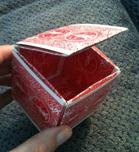 大多数家庭都有旧套牌。为什么不把它们回收成有用或独特的东西。使用此箱子作为礼品盒或小型储物盒。或者只是一个独特的谈话片。