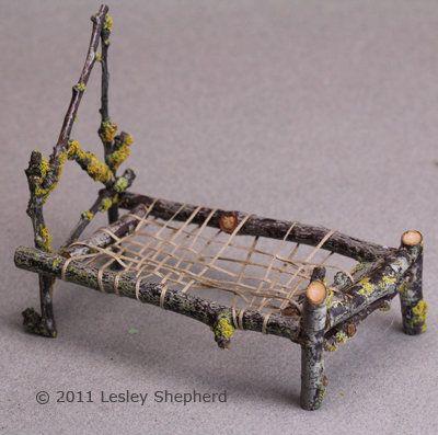 使用树林或花园中的树枝制作一系列微型秤家具,适合室内外的童话花园。