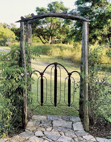 DIY花园大门!这里有一些很棒的后院门!任何方便的人都可以完成这些花园门户的想法。