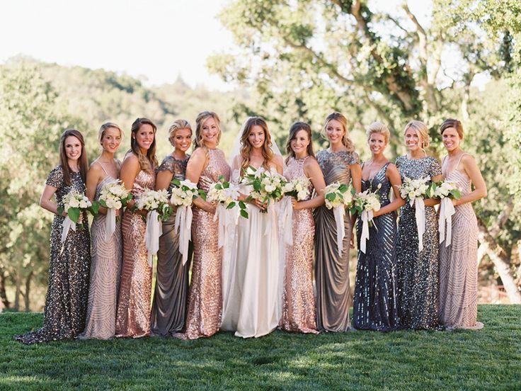 混搭金属伴娘礼服 长款亮片伴娘礼服 私人财产婚礼 户外接待和仪式 中性的自然婚礼装饰