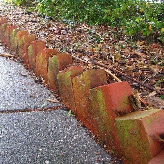 砖可以用作景观边缘来创建花坛的边框。砖块设置在地面45度角的一半,提供适合大多数园林景观设计的边缘。花坛周围的砖砌边缘为草坪和花坛之间提供了一个突破点。该...