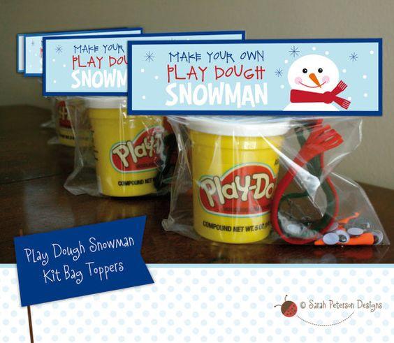 """***注意:Play Doh(TM)不再向玩具零售商(如沃尔玛或Target)出售单独的白色玩具盆。我最近在Dollar Tree商店看到了一些个人浴盆。有关Play Doh(TM)浴缸的替代品,请参阅以下注释,或参阅我的COLORFUL Play Dough Snowman Kit Toppers列表:https://www.etsy.com/listing/553231166/colorful-play-dough-snowman-kit- bag?ref = shop_home_active_1 ***您得到什么:制作您自己的""""Play Dough Snowman""""套装的最可爱的设计。下载包括8.5""""×11""""表与两个可打印的播放面团雪人袋Toppers。 Toppers适合标准尺寸夹层式自封袋。你制作你自己的工具包!孩子们使用游戏面团,googly眼睛,毡巾,黑色按钮,棍棒和迷你胡萝卜鼻子(请参阅下面我使用的项目列表)来制作愚蠢的玩面团雪人。这些适合学校,放养者,冬季或生日聚会礼物。我的孩子们花了数小时制作自己的雪人作品 - 太好玩了!这是一���下雪天的完美活动!说明:一旦您的付款清除,您将可以立即下载您的文件。文件是一种高质量的PDF格式,可以轻松打印在家用计算机上或当地的打印和复印中心。打印尽可能多的个人用途。打印在8.5""""x 11""""的纸张上。卡片存货被推荐。打印模板,切开并对折。折叠在袋子的顶部并装订每一面,或使用双面胶带固定。套件包含: - 白色面团或粘土(请参阅下面关于白色演示的注意事项)。我使用的原始容器是0.3盎司。 - 有趣的眼睛 - 足以制作一对雪人 - 毛毡围巾(我只是剪下约1/2""""×11""""的毛毡边缘) - 支杆 - 我从外面的灌木上剪下一些(可以用牙签以及) - 黑色纽扣或塑料珠眼睛和纽扣 - 粘土胡萝卜鼻子 - 我买了你可以从工艺品店烘烤的那种:http://www.michaels.com/sculpey-3-oven-bake-clay- 2oz / M10132638.html),但您也可以使用颜色为橙色尖头或彩绘的牙签末端。 **关于白色玩法DOH **的注意事项**我能在Dollar Tree找到白色的个人浴盆。但是,我从其他Etsy卖家那里听到个别浴缸不再可用。白色玩法的其他选项: - 这些是白色模型魔......"""