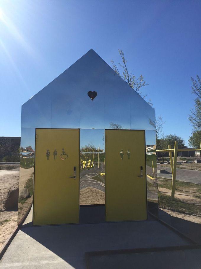 镜子屋(公共厕所)我罗斯基勒为滑板公园增添了乐趣。由@missdesignsays发现