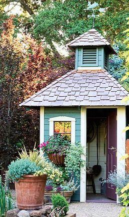花园棚提供了受欢迎的工作空间以及景观装饰。