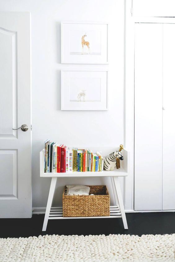 一个可爱的白色书柜在托儿所