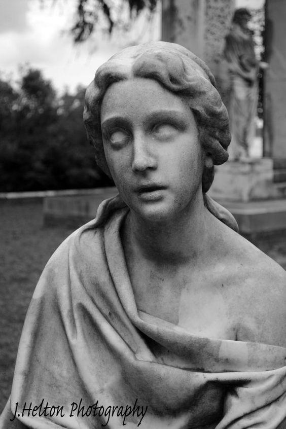 佐治亚州萨凡纳博纳旺蒂尔公墓的雕像在善恶花园的午夜?