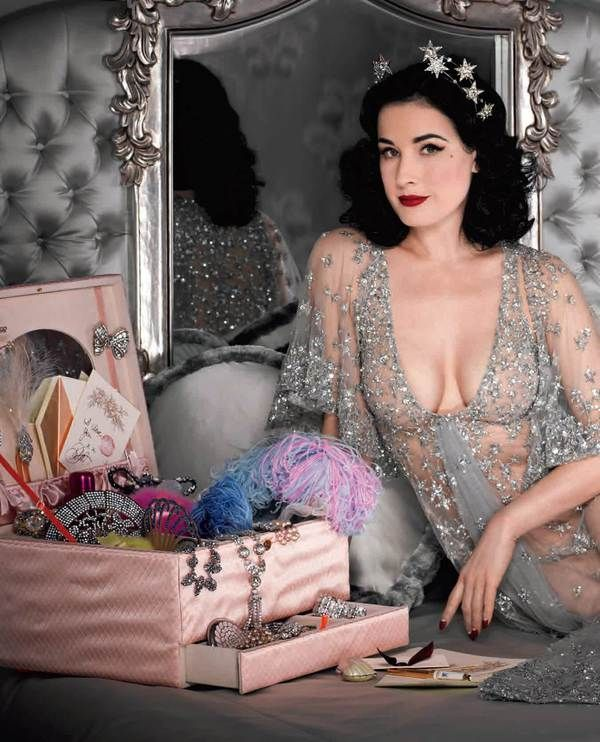 Dita Von Teese looking #glamorous with lots of lovely eye candy goodies! <3 Love her #star halo!