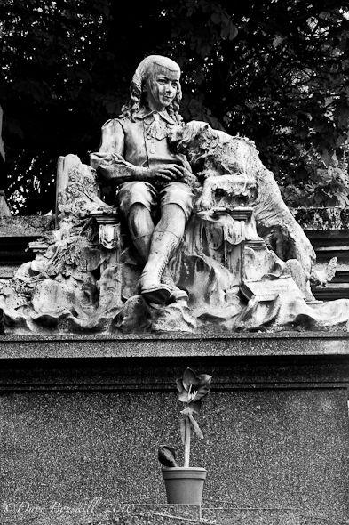 拉雪兹神父公墓(Pere Lachaise Cemetery)是世界上访问量最大的墓地。在80万灵魂中休息的名人是Jim Morrison,Edith Piaf和Oscar Wilde