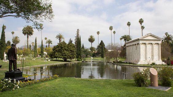 好莱坞永远的业主因为宣传这个地方作为旅游景点而受到批评,但任何墓地都装有这种赛璐珞的遗骸