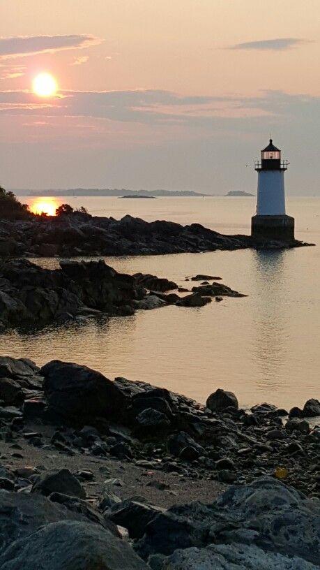 黎明到达在Salem MA的冬天海岛上的皮克林堡灯塔。马萨诸塞州风景图片和新英格兰摄影