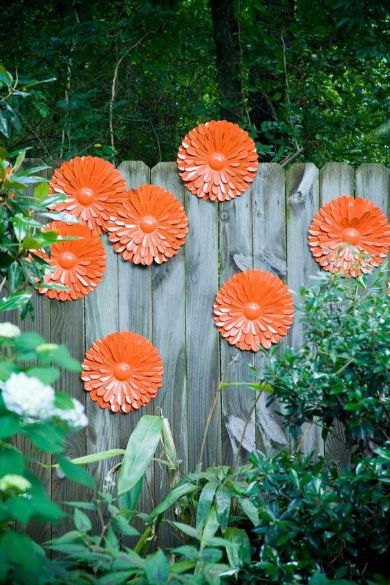 使用家居用品,装饰展示物和回收物品 - 装饰花园栅栏的好主意。