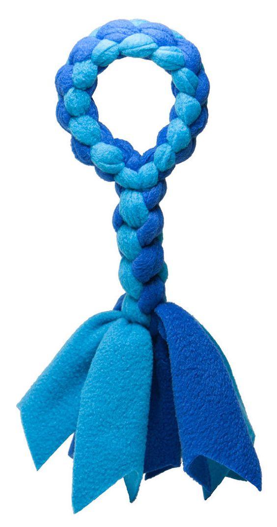 """最后,一款柔软,耐用的拖轮玩具,没有有害绳索,从Squishy Face Studio引入羊毛拖船。 100%涤纶羊毛制成,非常耐用,可机洗。柔软的编织摇粒绒玩具比绳索玩具安全得多,因为没有可以被摄取的线程,并且它们还具有清洁狗狗牙齿时的清洁效果。一���为4股编织手柄,8股编织中间部分,流苏,总长约14英寸,对于喜欢玩拔河比赛的毛茸茸的朋友来说,它是完美的玩具。 Fleece Tug也可以作为我们超级拖轮玩具的替代品购买。我们决定使用蓝色制作羊毛拖船,因为研究表明蓝色是通过狗的视觉很容易辨别的少数颜色之一。与任何拖轮玩具一样,我们建议不要让您的狗""""赢""""拔河比赛。最好是训练他们按照你的命令释放玩具并奖励他们这样做。凭借我们的一年无风险保证,您可以在购买后的一年内以任何理由退还全额退款,包括运费(如适用)。你在等什么?立即订购!"""