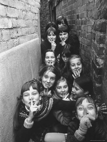 尺寸:24x18in摄影版画:英国儿童在伦敦郊区玩户外游戏Terence Spencer: