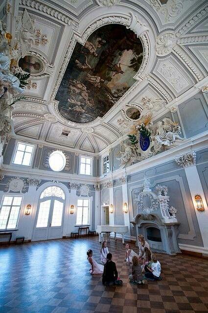 我可以想象,在卡德里奥宫(塔林,爱沙尼亚)这样美丽的地方,孩子们玩的很有趣。他们如此忙碌地听着他们的导师讲述的故事,我无法忍受不拍他们。