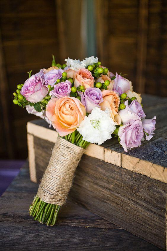 质朴的DIY后院婚礼用桃子和紫色点缀,由Jen Rodriguez拍摄