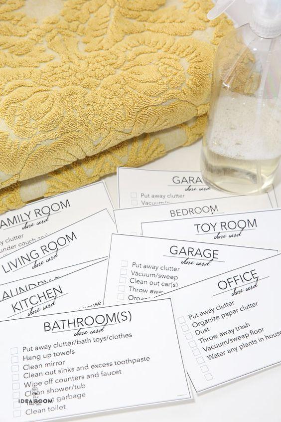 通过教他们工作,帮助孩子参与房子清洁工作。可打印的家务卡是让他们走上正轨的重要指南。