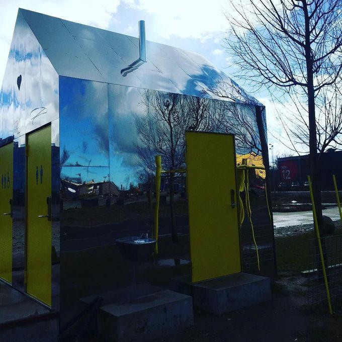 镜子房子 - 在滑板公园的公共厕所在罗斯基勒,丹麦。由@missdesignsays发现