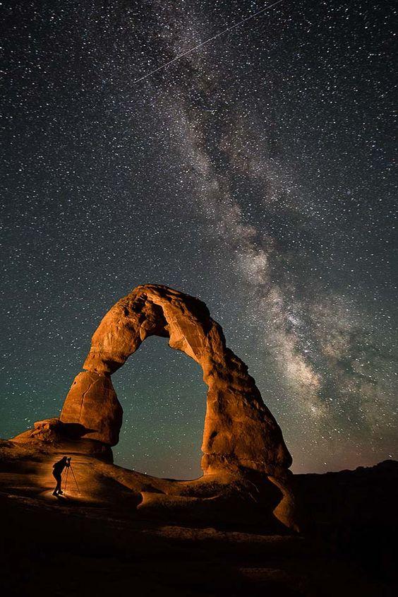 你有没有去过犹他州的精致拱门或布莱斯峡谷等风景摄影的着名景点,并发现自己在争夺位置,几乎无法捕捉到目前为止所走过的景点,以便捕捉到它?解决这位摄影师烦恼的最佳方法之一就是晚上去看看这些景点。在夜晚
