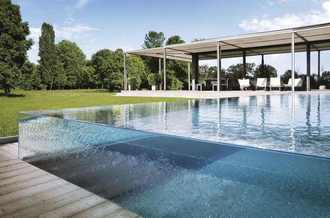 Carre Bleu玻璃墙游泳池