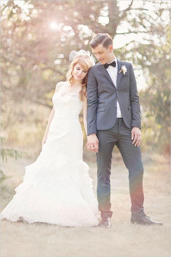 两个乐队的伴侣坠入爱河,并计划在新娘的小孩引擎盖家中密歇根式复古DIY后院婚礼。