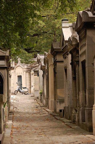 Père-Lachaise墓地的着名墓葬包括Oscar Wilde,Marcel Proust,Edith Piaf和Jim Morrison。