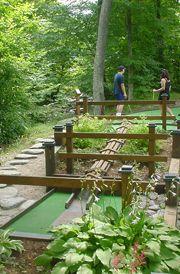 Smugglers'Notch Resort迷你高尔夫球场位于美丽的树木繁茂的溪畔,适合所有年龄段的游客。
