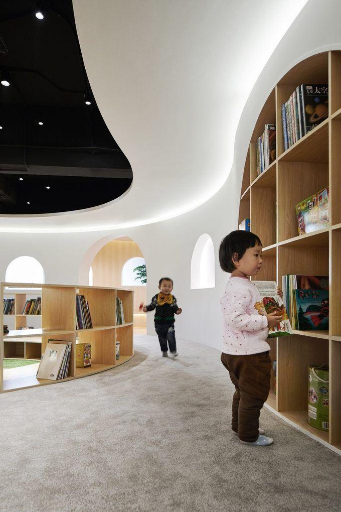 弯曲的木线条角落在上海儿童图书馆创造了私人阅读空间