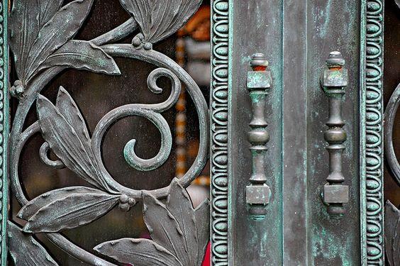 """从萨凡纳的文德墓园拍摄几张照片。 """"善恶园中午夜""""的花园名声大噪。 (这是一本适合你们非文学类型的书)(和凯文史派西电影)"""