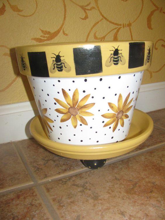 手绘8寸花盆。包括彩绘的碟子。锅被涂成黄色,在花盆周围一直有大黄蜂和花。室内或室外使用。锅的外部和内部都有防水清漆。根据要求绘制个性化和不同主题!