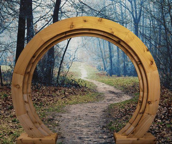 您可以学习如何建造花园大门。尝试这些华丽的DIY花园门的想法和项目,证明任何人都可以自己做!