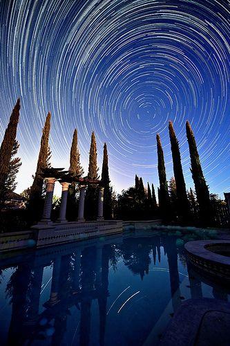 夜间拍摄风景照片的技巧,包括捕捉星迹,以及如何拍摄充满星星的天空和银河系。