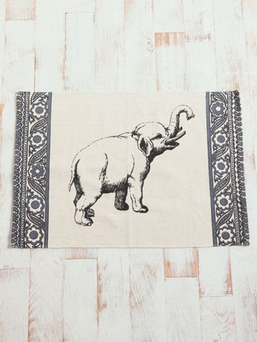 暖和冷油毡地板或用大象印花棉地毯覆盖旧地毯。大象地毯,19美元。 urbanoutfitters.com。
